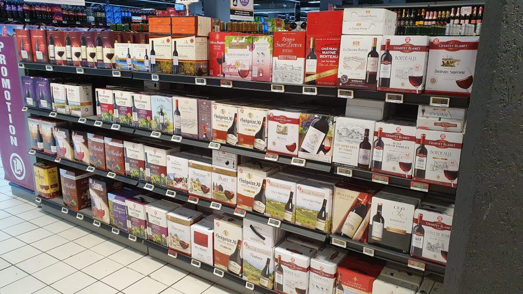 Vele meters schappen met bag-in-box wijnen. In Frankrijk al volledig ingeburgerd.